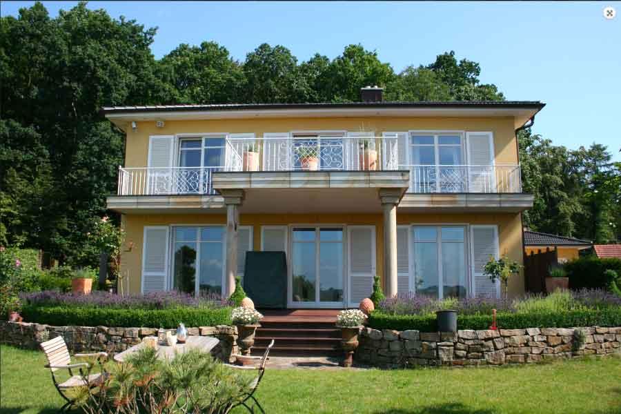 Gartenansicht einer Villa