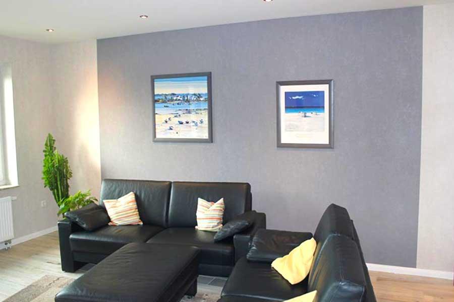 Wohnzimmer mit einer farbigen Wand