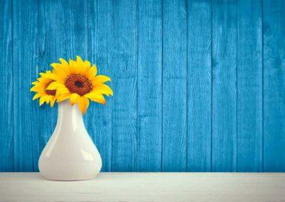 Weiße Vase mit 2 Sonnenblumen